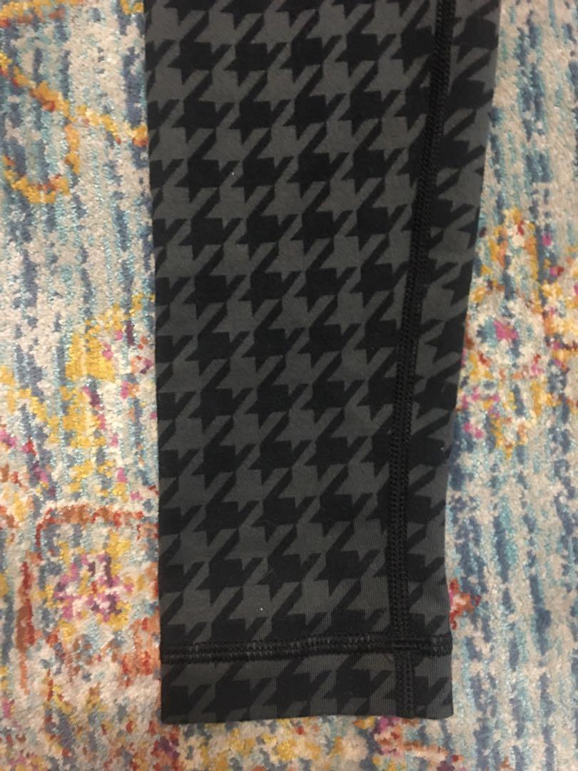 Women's Lululemon Black Athletic Leggings with pattern Size 2