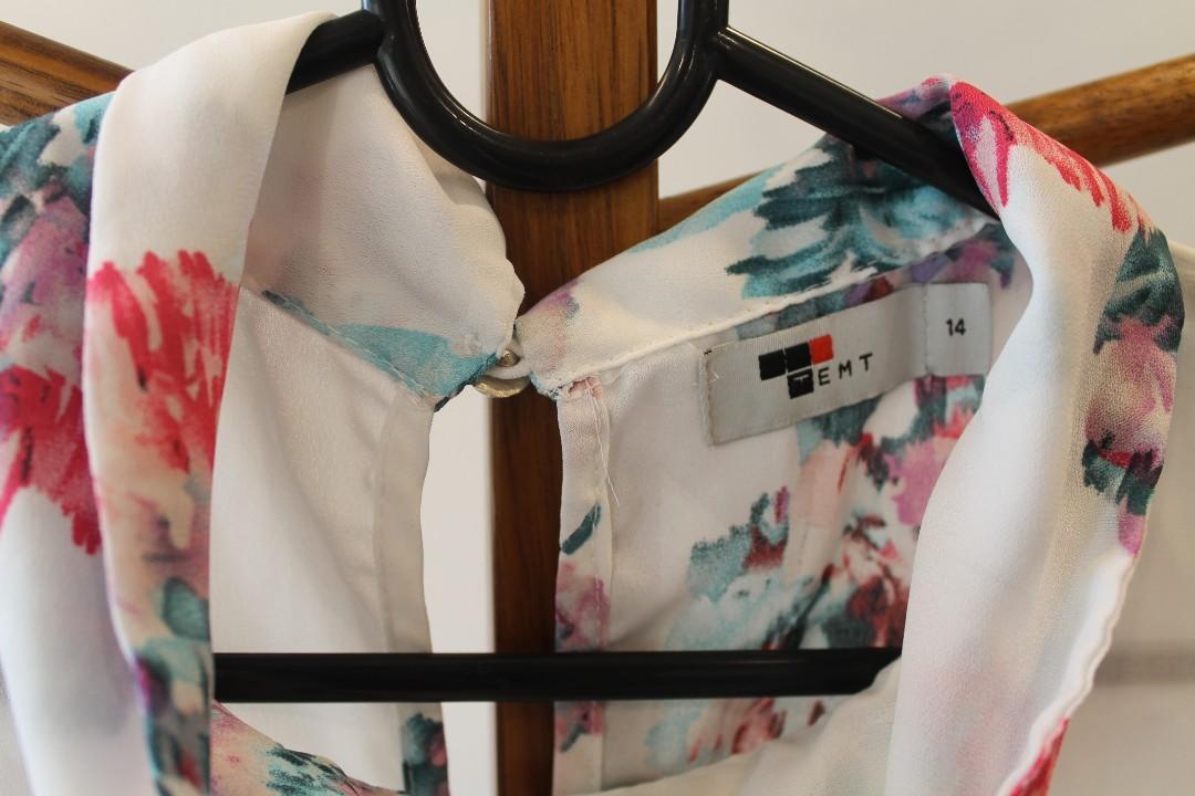 14/XL - Temt - Sleeveless Collared Blouse w. Floral/White Design