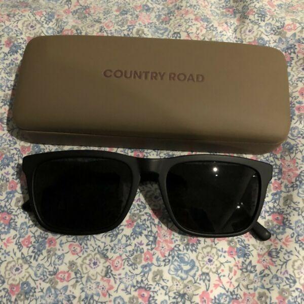 $30 Absolute Bargain - Brand New Genuine 2018 QS Sunglasses w CR Case