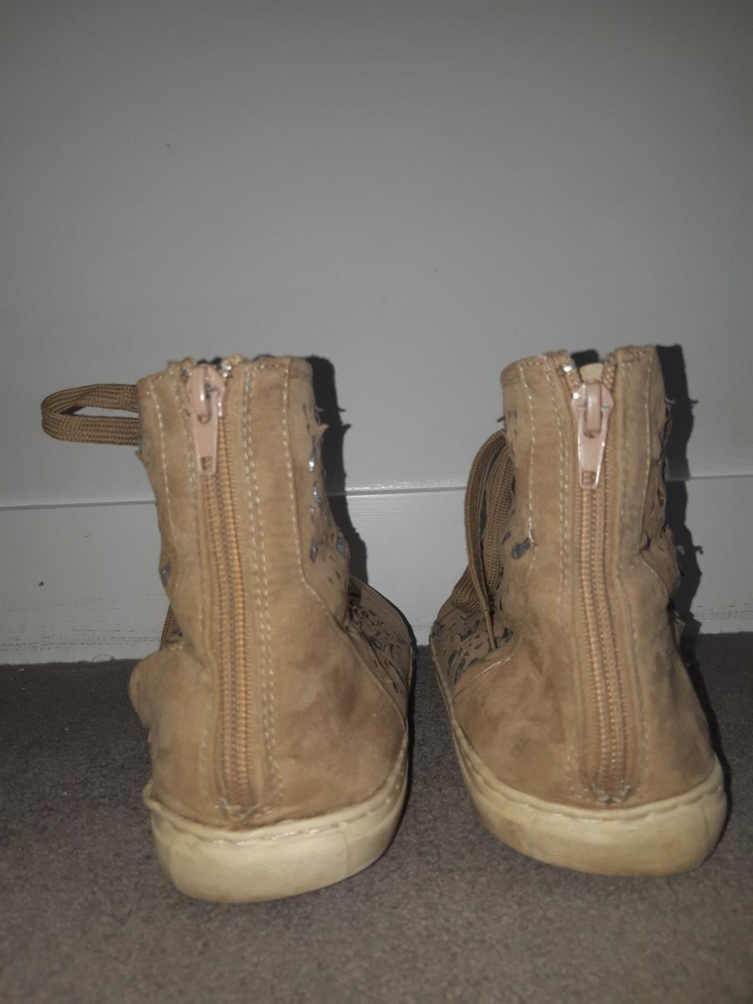 Size 42 Pavement camel coloured with stencil hightops