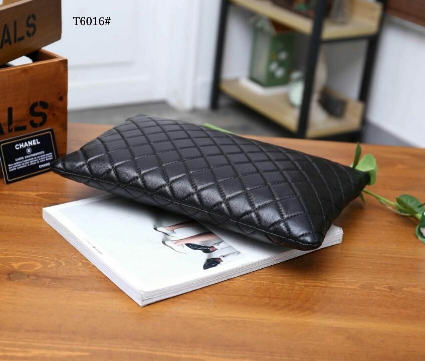 Chanel O-Case Clutch Bag T6016#22  H 460rb  Bahan kulit Dalaman kain tebal Kwalitas High Premium AAA Clutch uk 32x22cm Berat dengan box 0,6kg  Warna : -Caviar Black -Lambskin Black