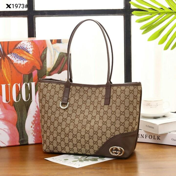 Gucci GG Canvas Tote Shoulder Bag X1973#22  H 630rb  Bahan gg kanvas tebal Di kombi dengan kulit Dalaman kain tebal Kwalitas High Premium AAA Tas uk 27x12x23cm Sayap uk 35cm Berat dengan box 2 kg  Warna : -Apricot/Coffee Include Box Gucci Medium