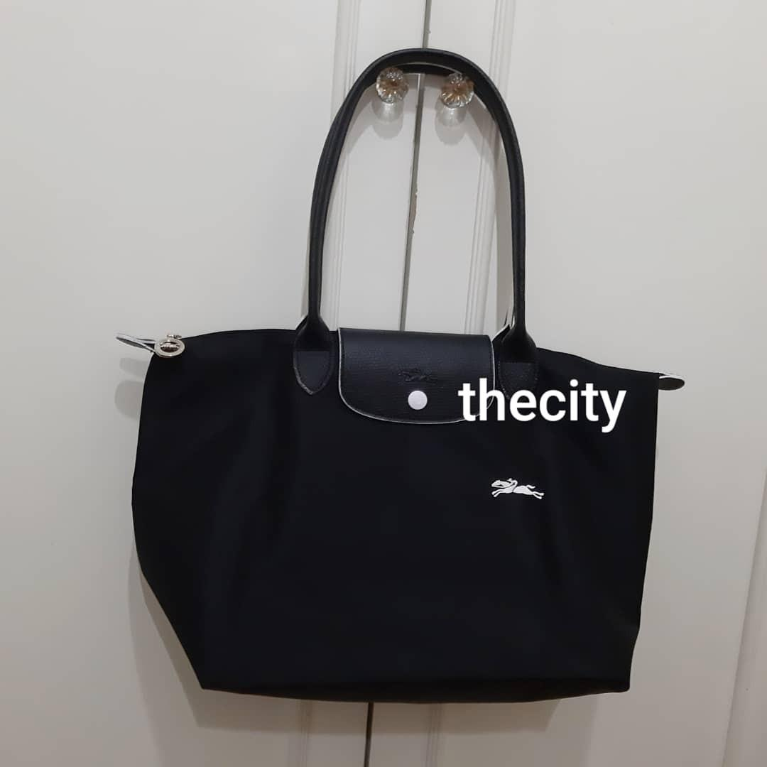 VERY GOOD CONDITION, USED ONLY A FEW TIMES - LONGCHAMP MEDIUM  LE PLIAGE LONG HANDLES,  CAN SHOULDER CARRY- VERY CLEAN INTERIOR - PURCASED FROM LONGCHAMP BICESTER VILLAGE UK FACTORY OUTLET STORE -