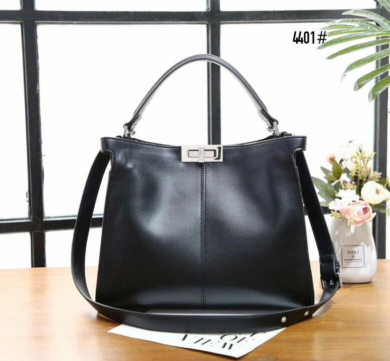 Peekaboo X-Lite Regular Bag 4401#22  H 860rb  Bahan kulit (smooth calf leather) Dalaman suede lembut tebal Kwalitas High Premium AAA Tas uk 32x10x27cm Berat 1,2kg  Warna : -Black