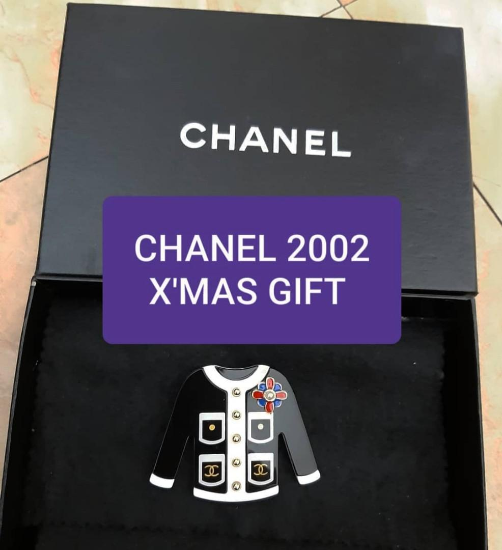 CHANEL JAPAN BOUTIQUE YEAR 2002 , X'MAS VIP GIFT JACKET BROOCH PIN - THIS IS NOT A RETAIL ITEM- KEPT UNUSED , LIKE NEW - COMES WITH CHANEL BOX & X'MAS CARD
