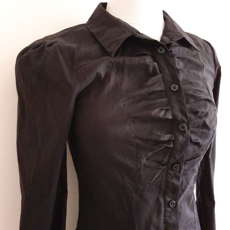 size 6 Euc CUE button up dress shirt black ruched front design