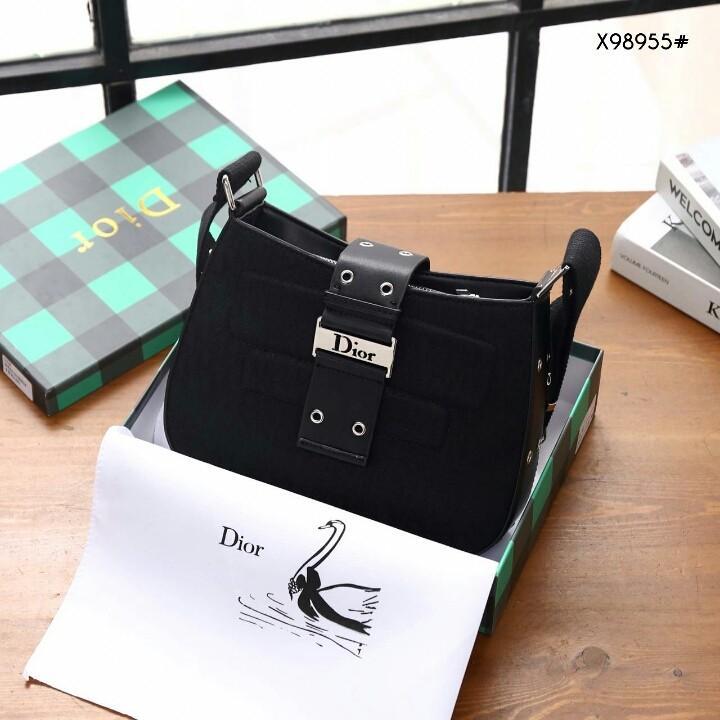 Crossbody Bag X98955#22  H 560rb   Bahan kanvas tebal Di kombi dengan kulit Dalaman suede tebal Kwalitas High Premium AAA Tas uk 26x6x19cm Berat dengan box 1 kg  Warna : -Apricot/Brown -Black/Black ( Include Box )