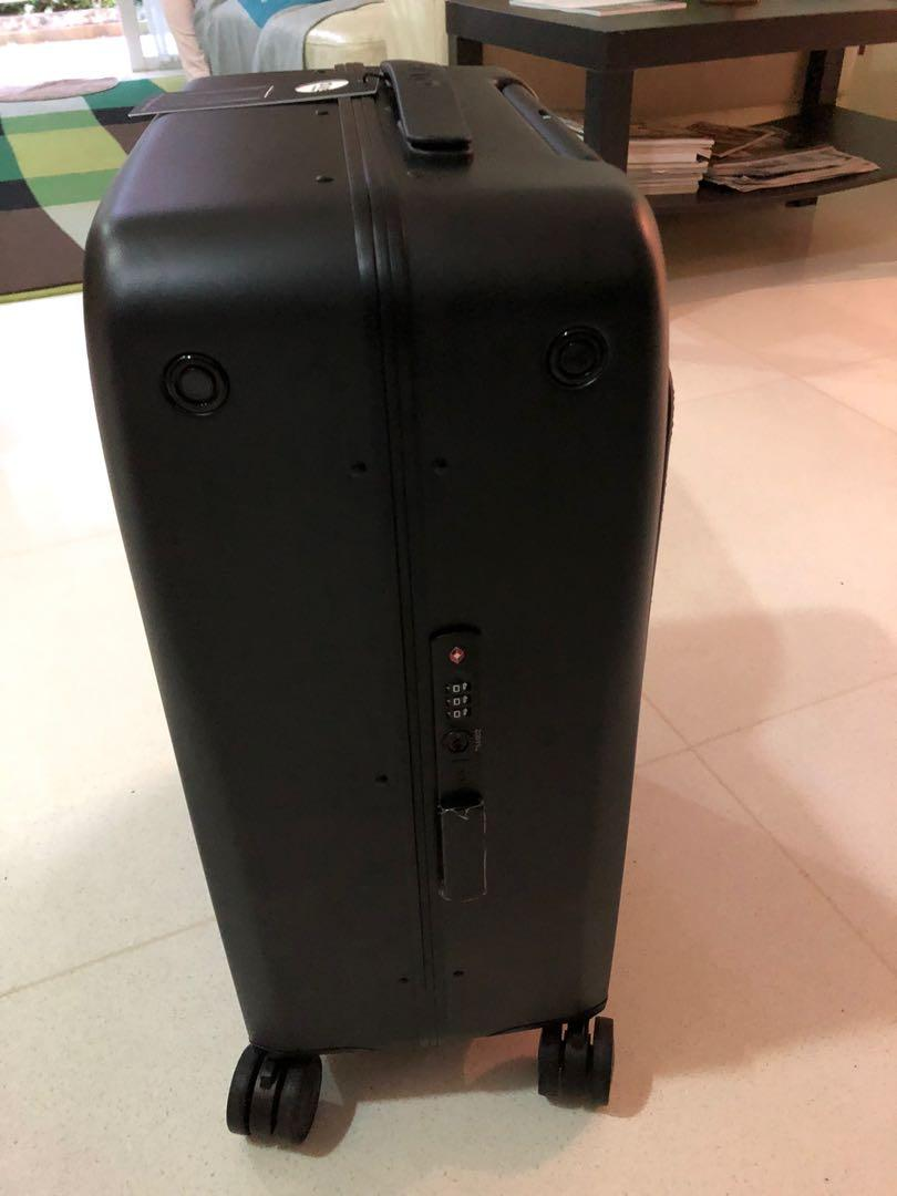 Ovis: 1st AI-Powered Suitcase Following by Side All Airlines Friendly   Auto Follow   World's Top Manufacturer   Charge On-The-Go