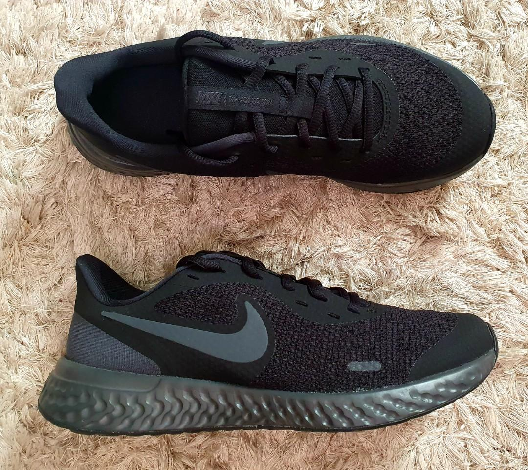 running shoes. Sizes 5Y-7Y or 5 US-7US