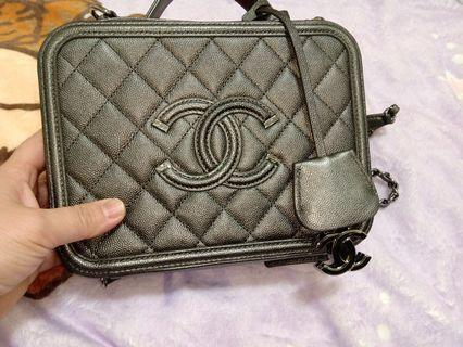 Chanel經典荔枝紋牛皮銀鍊化妝箱