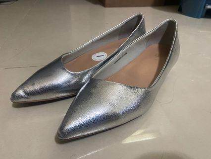 銀色亮面素色時尚低跟鞋(25.5號)
