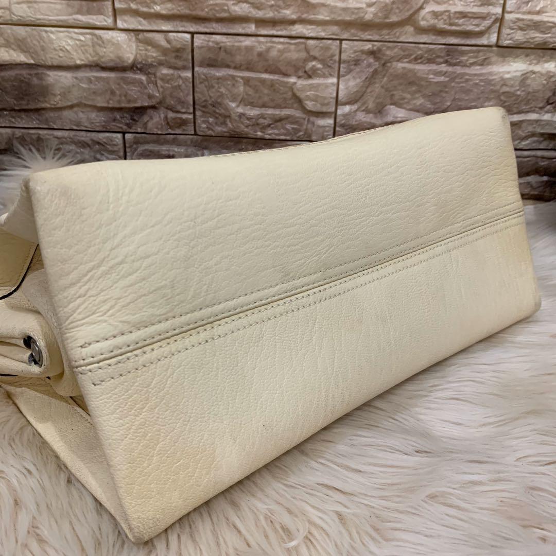Tas bally authentic leather, 32 x 18 x 15 cm, good kondisi 90% OK, bag only , bonus dompet imut Bally auth ( pasangannya model sejenis beda warna saja )