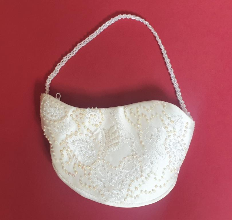Shaped almost like a lamp, this beautiful beaded and sequin white bag is great for a formal evening out. Comes with a zip and beaded strap.