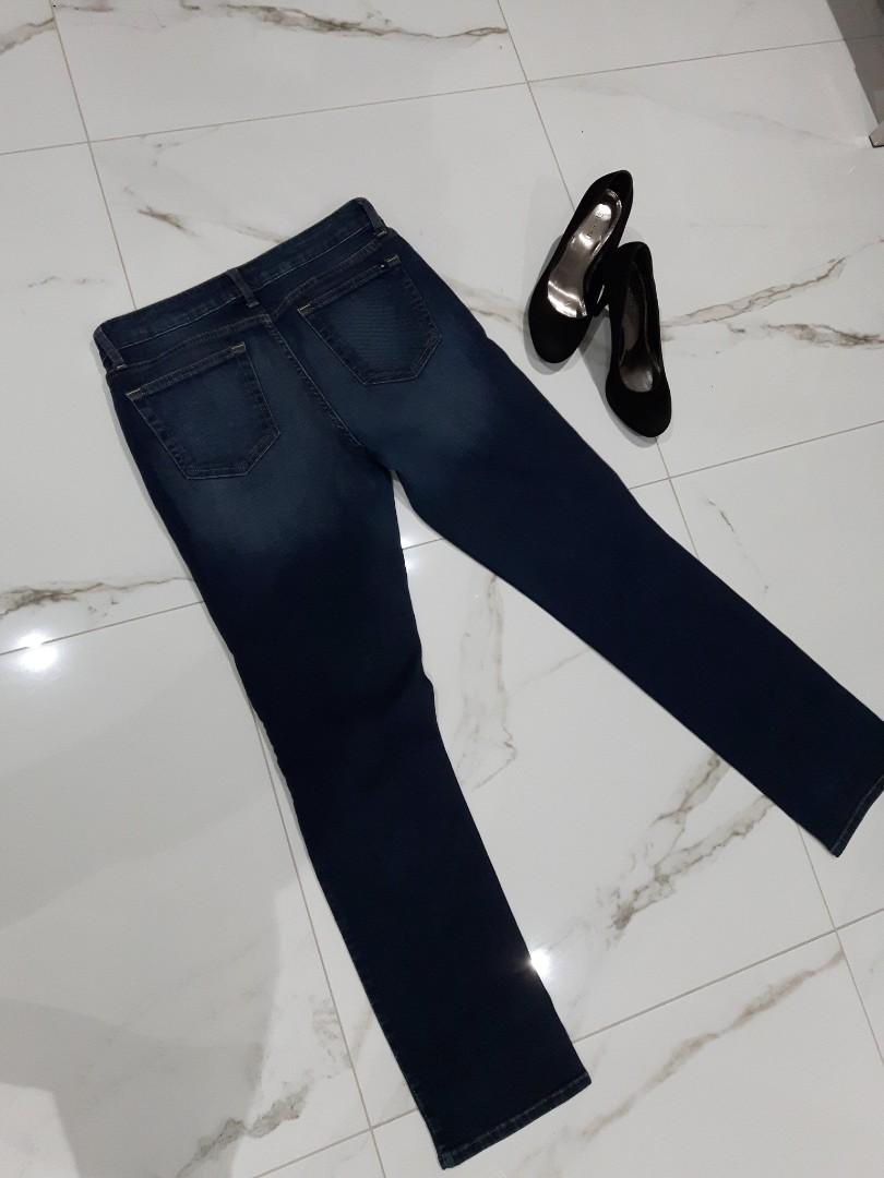 TOMMY HILFIGER SIZE 8 STRAIGHT CUT JEANS MID WAIST(COMPARES TO A TRUE SIZE 10)