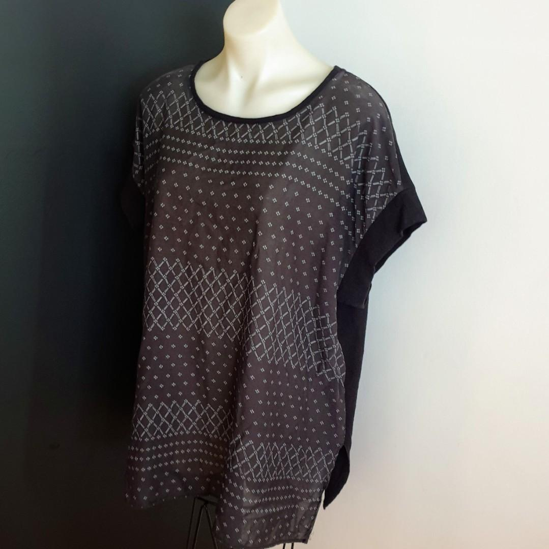 Women's size 14 'TWO BY VINCE CAMUTO' Gorgeous black print relaxed t-shirt - AS NEW