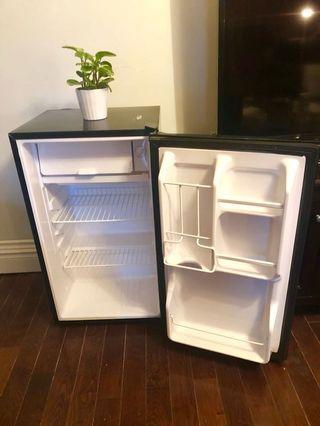 Magic Chef 3.5 cubic-ft mini fridge (BLACK)