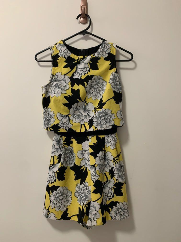 Miss Selfridge Petite - Yellow & Black Floral Playsuit Romper
