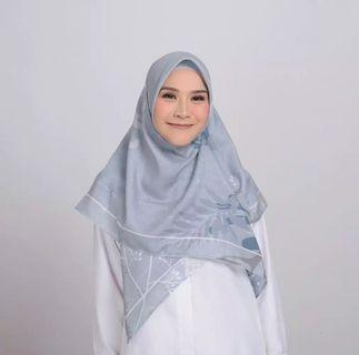 Zaskia Mecca varia grey scarf