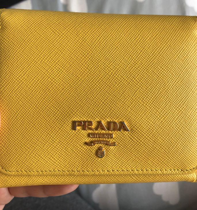 Pre-order, authentic, Prada Saffiano Wallet,9/10 condition (the owner bought in Korea duty free shop but lost the receipt)