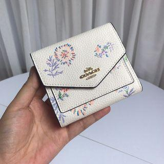 COACH 69849 新款女士三折短夾 翻蓋短夾 搭扣設計 內裡全皮 花卉點綴 附購證