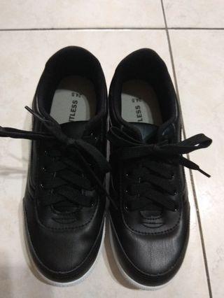 全新 黑色帆布鞋