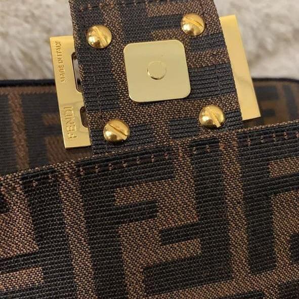 Fendi slingbag mirror VVIP original leather  Bahan : Kulit Asli  Ada noser yaa  Kondisi dlm persen : 98% muluss