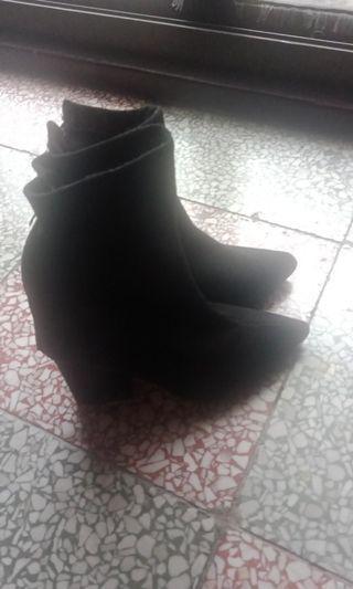 黑色襪套靴子