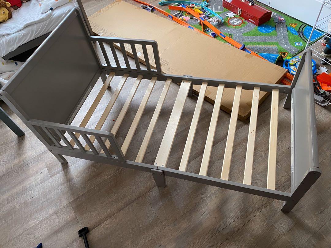 Lit d'enfant gris de Delta / Grey toddler bed by Delta