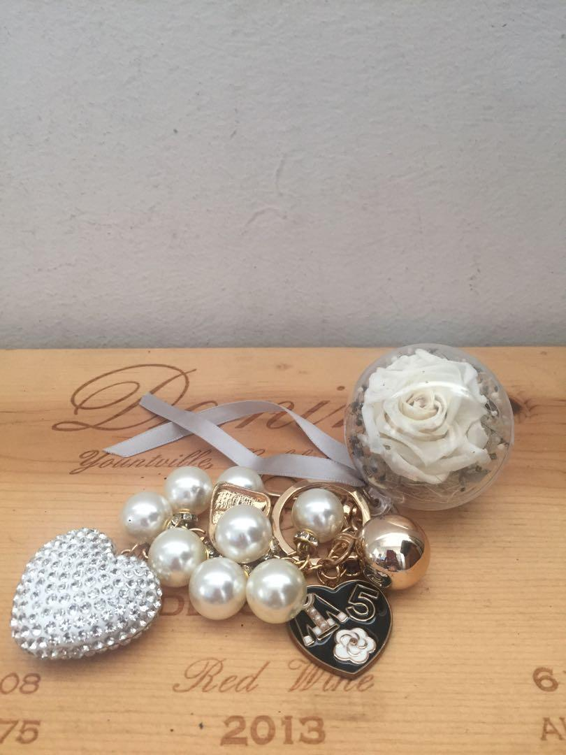 preserved flowers 😇 keychain blink blink High5 with a heart charms( free postage) for handbags