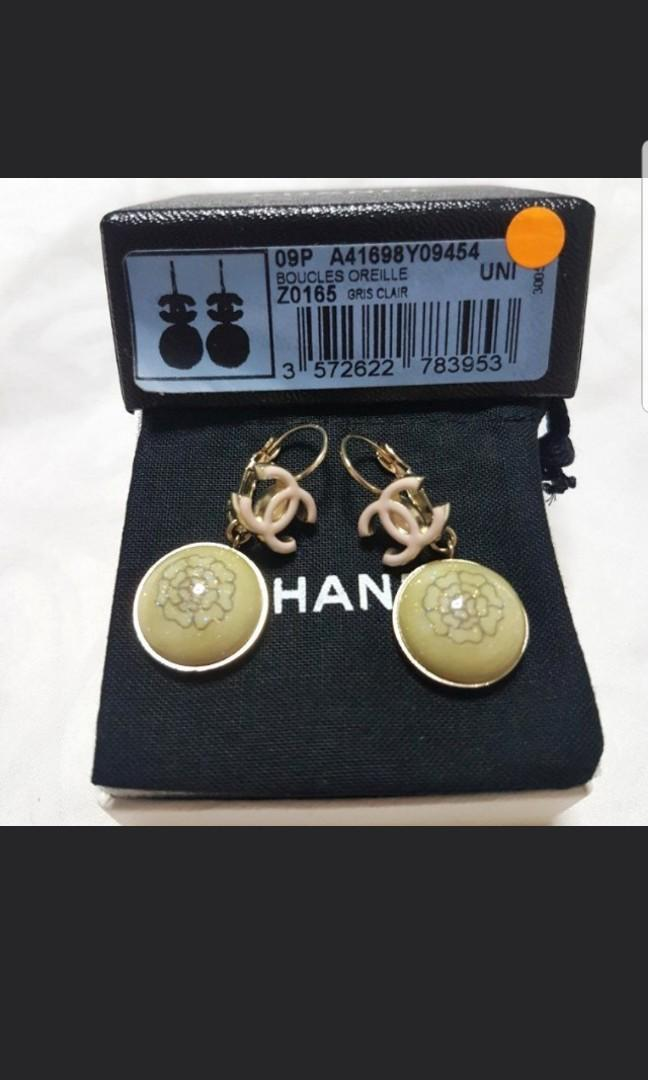 Authentic Chanel CC logo dangling gold and pink earring  *come with original box and dust bag* *Limited Edition discontinued model* *come with receipt* *Authentic*