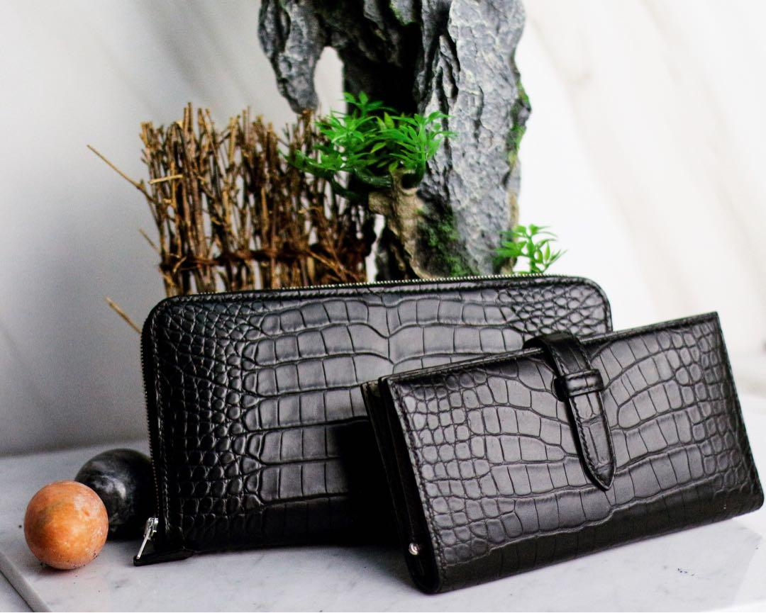 Handmade handstitched long wallet in alligator leather with Hermès chèvre leathers as interior