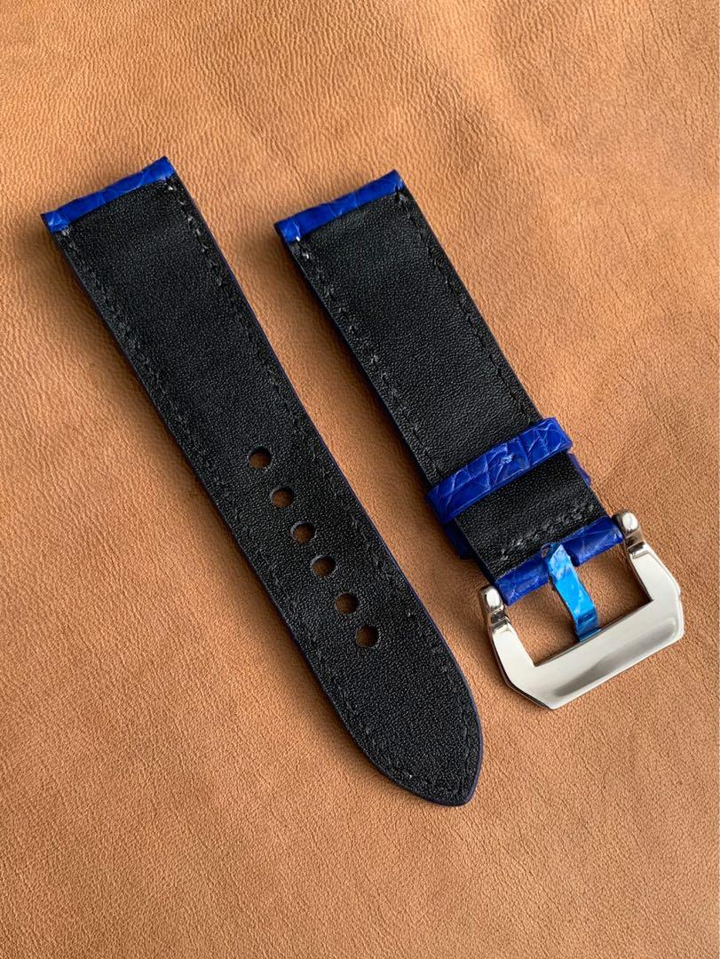 24mm/22mm Blue Alligator 🐊 Crocodile Watch Strap with White Stitching 24mm@lug/22mm@buckle  24mm/22mm     (Only one piece, once sold no more😇) Standard length: L-120mm,S-75mm