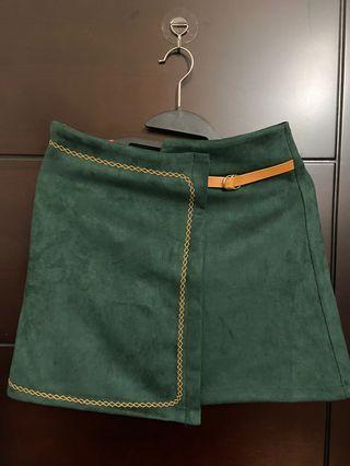 軍綠色滾黃邊質感麂皮短裙