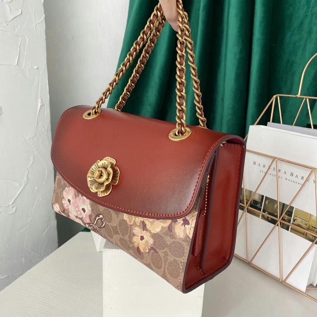 Coach the new medium chain bag camellia clamshell bag restoring ancient ways the fur lining chain shoulder belt can be one shoulder his shoulder bag type Button flowers adorn Don t have the flavor of high-end grade worth of atmosphere the price is