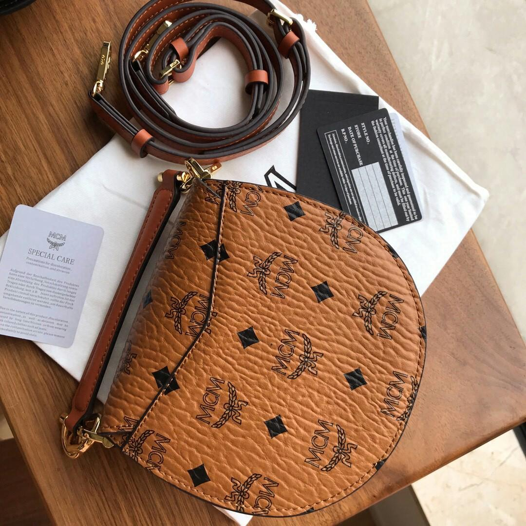 M C M new Patricia saddle bag new mini counters Patricia Visetos series Qiao Xin Wu Xuanyi only with the shoulder bag from traditional saddle bags inspiration classic ornamental design printed in half moon body contour laurel Ye Suo button add leather de
