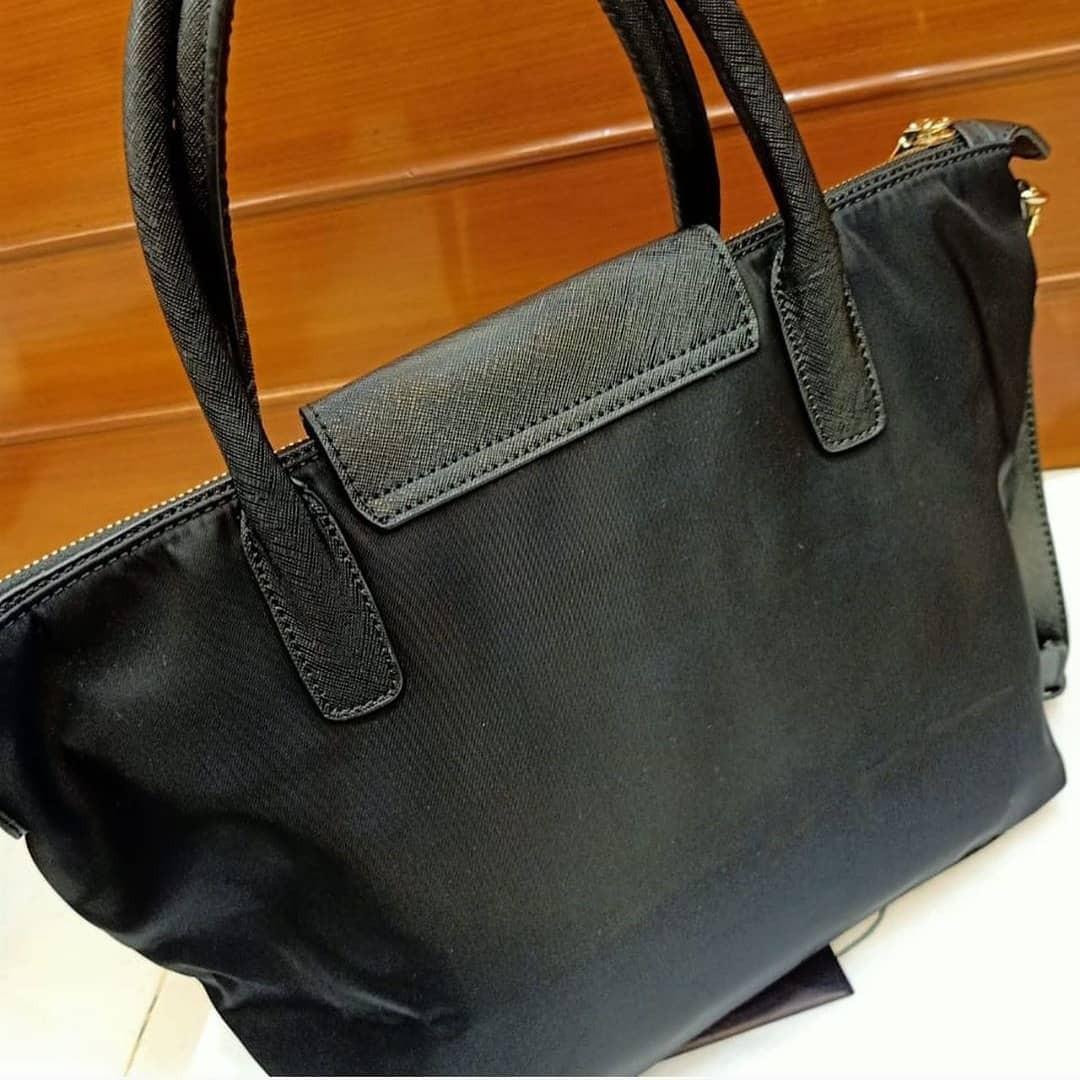 Prada Tessuto bahan nylon mix leather (kulit asli) size M mulus ya dan Like New
