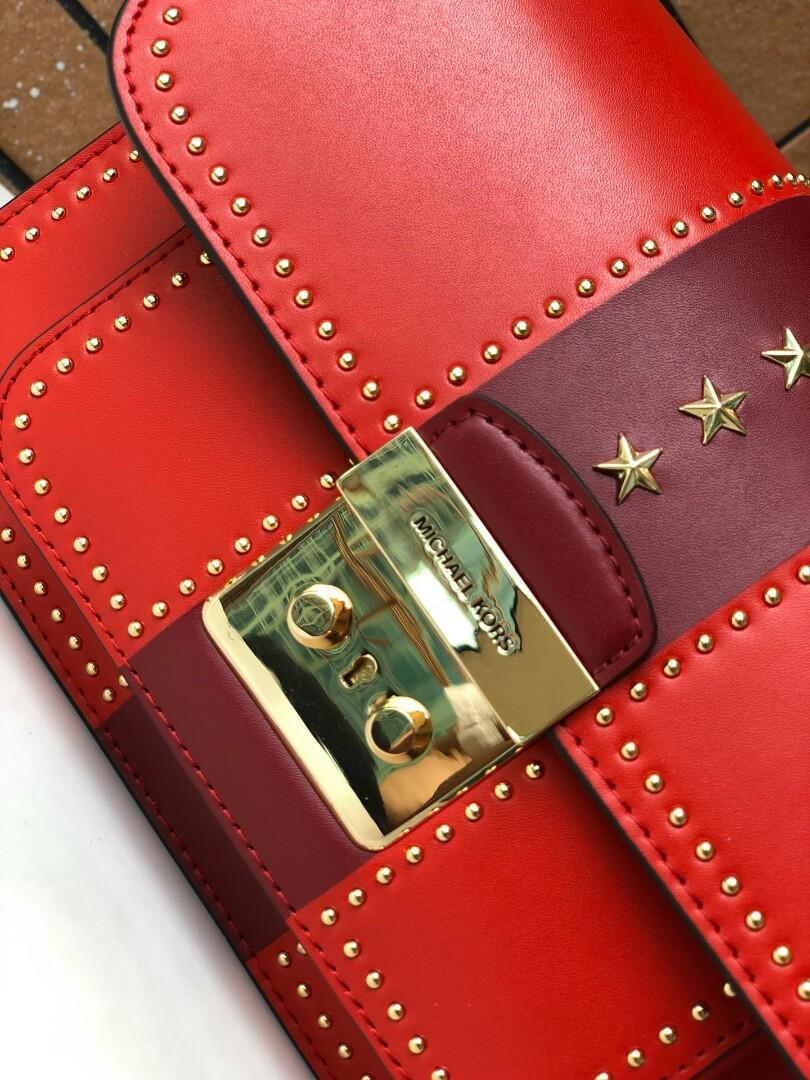Original MK classic five-star LIDS rivet package quality good good compared to this new rivet with first-class workmanship before seeing details with golden rivet upper body effect is great inside can hold belongings with standard correctly