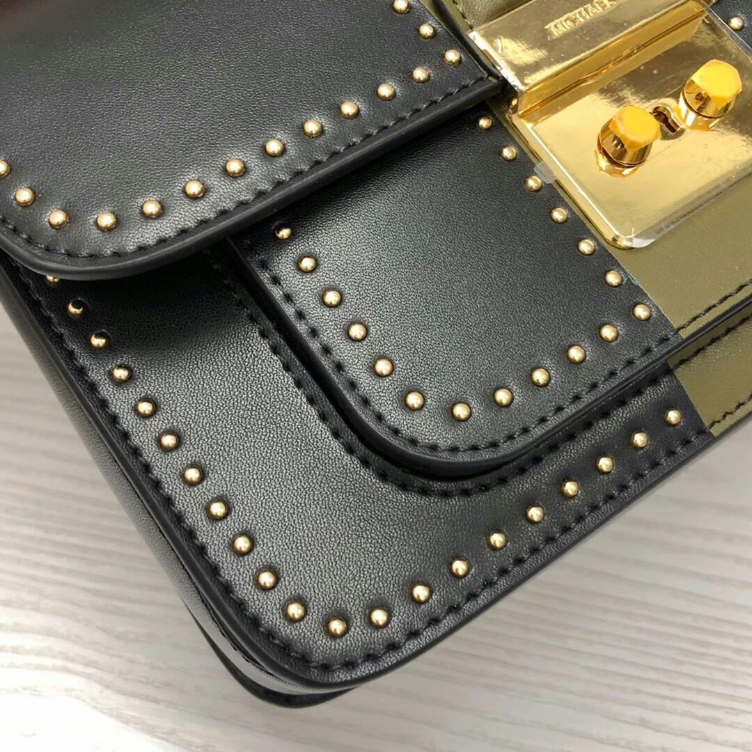 Original MK classic five-star LIDS rivets bag pure original high quality than before good good this new rivet with first-class workmanship to see details with golden rivet upper body effect is great inside can hold belongings with standard correctly