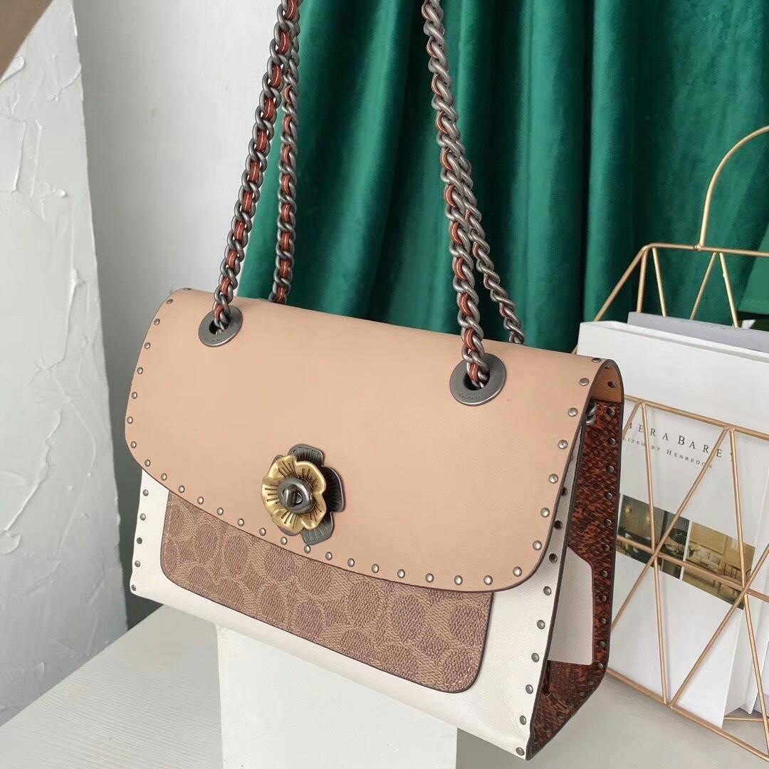 Original The original single C oach restoring ancient ways the new chain bag color matching snake skin flap bag the fur lining chain shoulder belt can be one shoulder his shoulder bag type Button flowers adorn Don t a taste