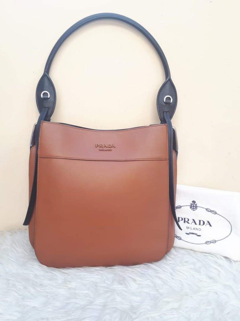 (New Collection PRADA Butik)  Very Good Condition PRADA Margit Medium Calfskin tahun 2019 in Brown Black SHW Size 28 x 28 x 11 With Bag and Dustbag