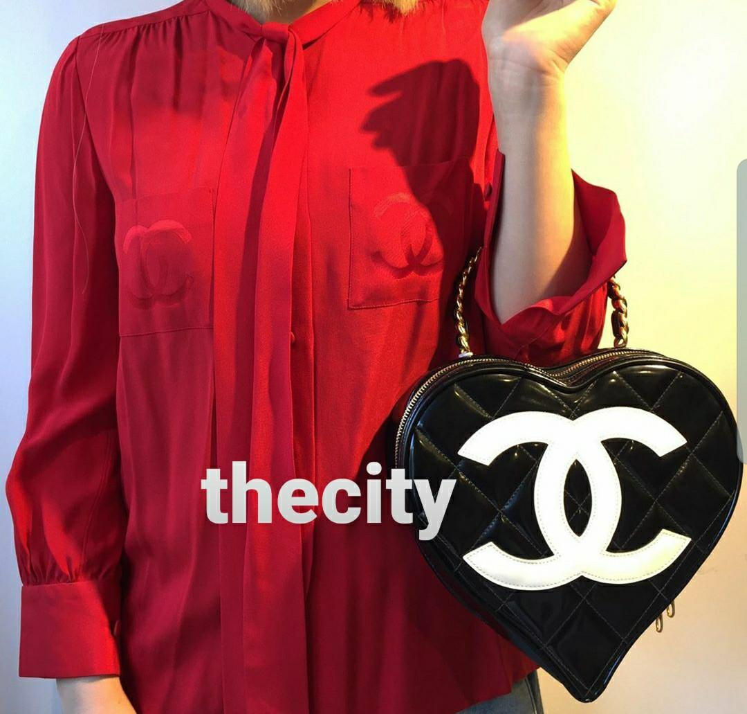 AUTHENTIC CHANEL VINTAGE BLACK  PATENT  LEATHER HEART SHAPED CC LOGO   VANITY CASE  / BAG