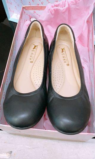 Ann's 軟身羊仔皮楔型黑皮鞋
