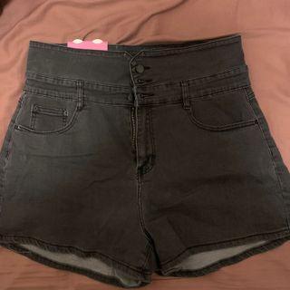 中大尺碼-超顯瘦超高腰小V+A字排釦短褲-黑色