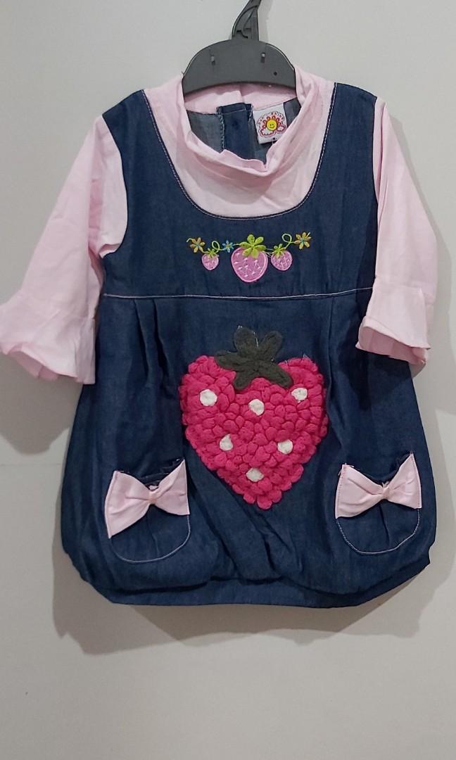 Dress levis rajut strawberry cewe untuk 3-4 tahun