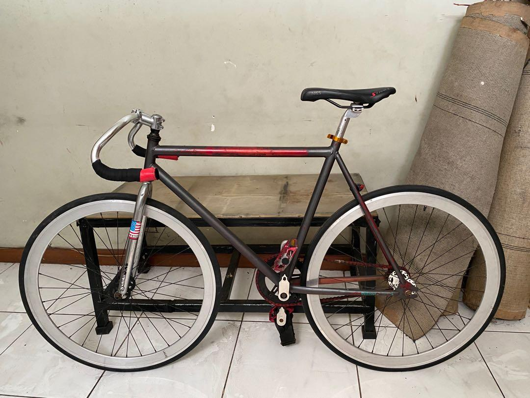 Sepeda Fixie with fixed gear