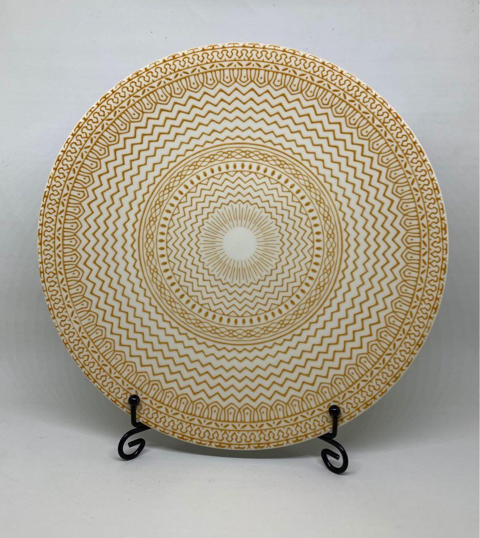 Waving Yellow Plate