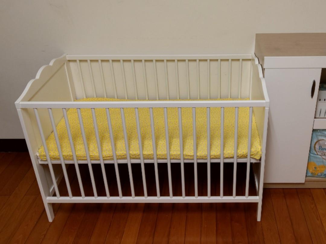 Ikea嬰兒床(無厚床墊)+台灣製乳膠墊+床邊尿布床+乳膠墊替換被套(蛋黃圖、手作二重沙布材質)。