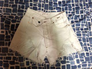 抓破縫線白短褲