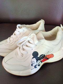 sepatu putih mickey