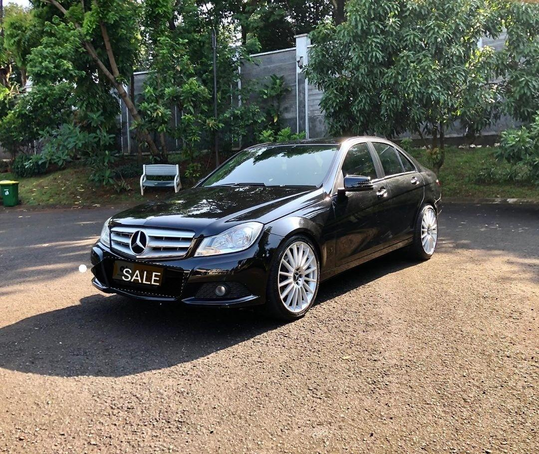 Mercedes benz c200 classic Tahun 2012 Warna hitam metalic Interrior hitam Km 84rb Bluetooth audio Leather seat Electric seat Hid light Ban accelera belakang 245/40/r19 Depan 225/40/r19